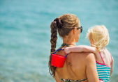 Mother and baby looking on sea. — Stock Photo