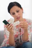 Closeup su pillole in mano di donna giovane interessata — Foto Stock