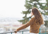 Happy young woman looking into distance in winter outdoors — Foto Stock