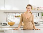 现代厨房的微笑年轻家庭主妇的肖像 — 图库照片
