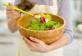 主婦の手で新鮮野菜のサラダにクローズ アップ — ストック写真