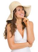 水着と帽子のコピー スペース上で幸せな若い女 — ストック写真