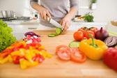 在切片蔬菜的年轻女人特写 — 图库照片