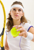 Portrait of confident tennis player ready to serve — Foto Stock
