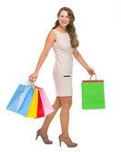 Retrato de longitud completa de mujer joven feliz con bolsas de compras — Foto de Stock