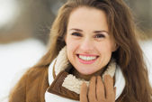 Portrait of smiling young woman in winter outdoors — Stock Photo