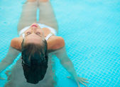 Young woman relaxing in pool. rear view — Stock Photo