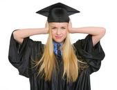 Hayal kırıklığına uğramış genç kadın mezuniyet elbise kulaklarını kapatma — Stok fotoğraf