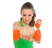 Fitness młoda kobieta co ćwiczenia z hantlami — Zdjęcie stockowe