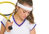 Retrato de la jugadora de tenis preocupado con raqueta — Foto de Stock