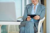 крупным планом на мобильный телефон в руке деловой женщины на террасе — Стоковое фото