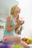 Sabah oturan ve kahve içme genç kadın — Stok fotoğraf