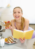 Happy teenage girl eating toast with chocolate cream — Stock Photo