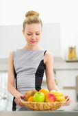Jeune femme au foyer, formant l'assiette de fruits — Photo
