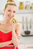 Mutlu genç kız mutfakta apple ile — Stok fotoğraf