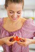 Portrait de cœur rendant joyeux avec tranches de fraises — Photo