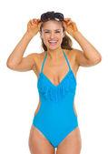 Ritratto di felice giovane donna in costume da bagno con occhiali da sole — Foto Stock