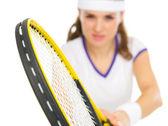 Zbliżenie na rakiety w ręce tenisista w stanowisko — Zdjęcie stockowe