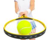Zbliżenie na tenis piłka na rakiety w ręce tenisistka — Zdjęcie stockowe