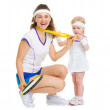 Happy mother showing baby medal for achievements in tennis — Stock Photo