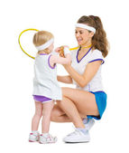 Happy mother showing baby medal for achievements in tennis — ストック写真