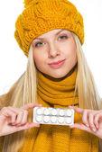 Ung kvinna i mössa och halsduk visar tablettkarta — Stockfoto