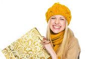 Glad ung kvinna i mössa och halsduk med shopping väska — Stockfoto