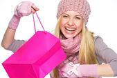 Porträtt av leende tonåring flicka i vinter mössa och halsduk bibehålls — Stockfoto