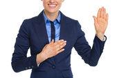 крупным планом на счастливый бизнес женщина присягу правды — Стоковое фото
