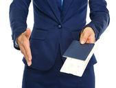 крупным планом на бизнес женщина давая паспорт с авиабилетов и s — Стоковое фото