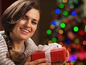 Heureuse jeune femme tenant la boîte présents de noël — Photo