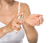 Closeup auf junge frau parfüm auf seite anwenden — Stockfoto