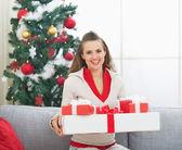 Portrait d'heureuse jeune femme avec des boîtes de noël présent près de — Photo