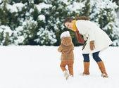 快乐妈妈和宝宝在冬季户外散步 — 图库照片