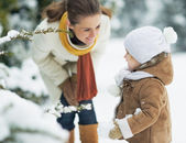 Happy mother and baby playing outdoors in winter — ストック写真