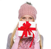Girl with christmas presenting box — Stockfoto