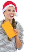 セーターとクリスマスの帽子の若い女性 — ストック写真