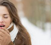 Kadın kış açık havada — Stok fotoğraf
