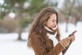 Kobieta za pomocą telefonów komórkowych — Zdjęcie stockowe