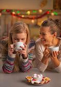 Usmívající se dvě kamarádky s vánoční občerstvení ve vánoční zařízené kuchyně — Stock fotografie