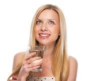Genç kız mutlu portre kopya üzerinde seyir su bardağı ile — Stok fotoğraf