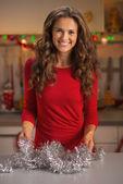 счастливый молодая домохозяйка, рождественские приготовления — Стоковое фото