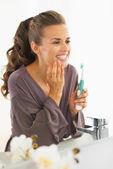 歯のブラッシング後チェックする若い女性の肖像画 — ストック写真