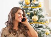 Retrato de mujer joven feliz hablando del teléfono celular — Foto de Stock