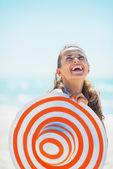 ビーチ帽子と水着で幸せな若い女の肖像 — ストック写真