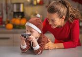 快乐妈妈和宝宝在相机看照片 — 图库照片