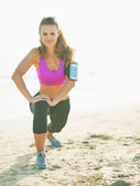 Fitnessturnen junge frau machen am strand — Stockfoto