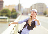 Happy young hipster pointing in camera outdoors — Stockfoto