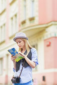 Woman tourist with map — Stockfoto