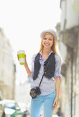 Happy young hipster in the city — Stock fotografie